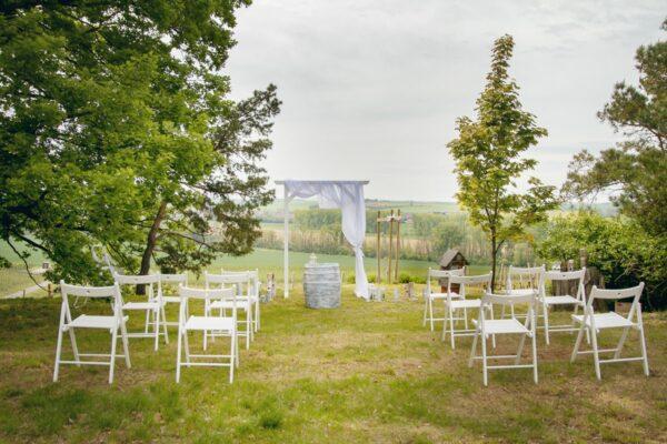 dřevěná bílá židle